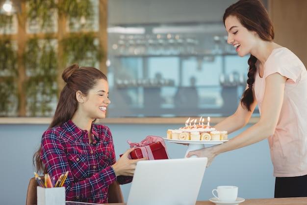 彼女の同僚の誕生日を祝っている経営者