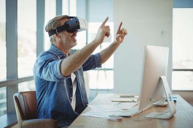 仮想現実のヘッドセットを使用して男性のビジネスエグゼクティブ