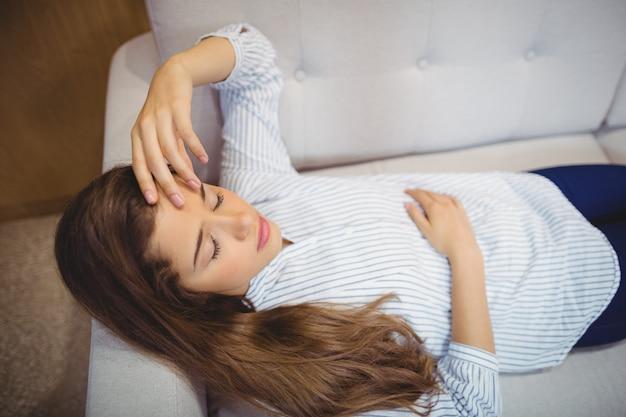 Женский пациент, расслабляющий на диване