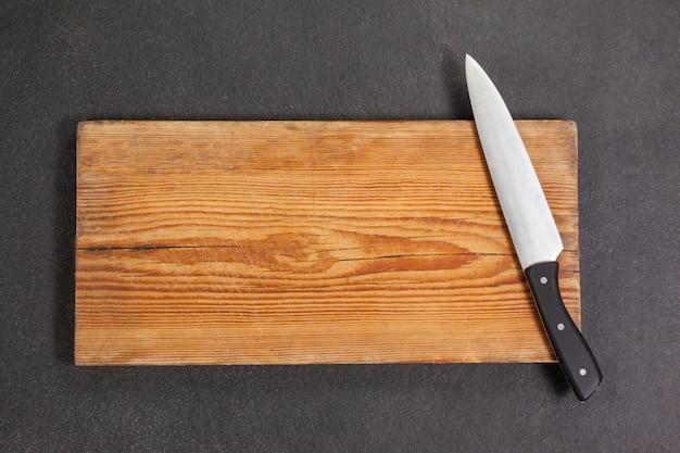 木の板にナイフ