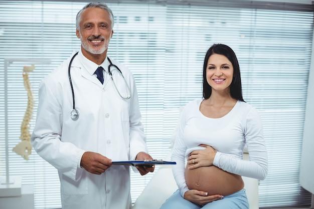 クリニックで医者と相互作用する妊娠中の女性の肖像画