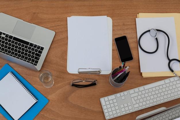 テーブル上のキーボードとマウスが付いたクリップボード