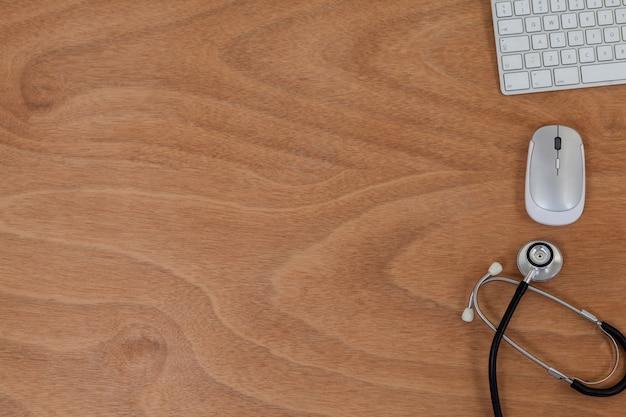テーブルにキーボードとマウスを備えた聴診器
