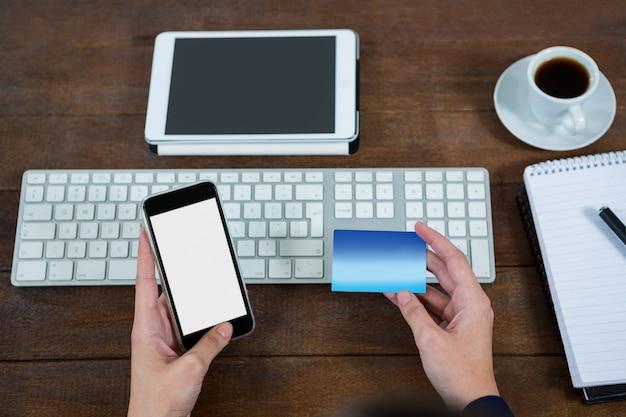 携帯電話でオンラインショッピングを行う実業家