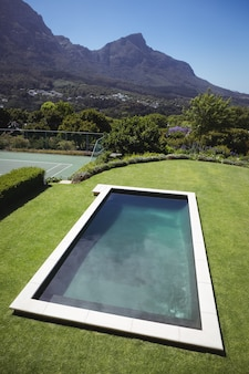 芝生のモダンなスイミングプール