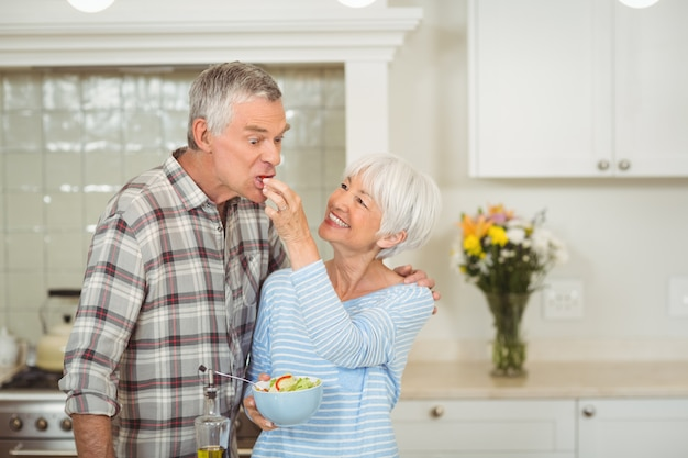 年配の女性が男を供給