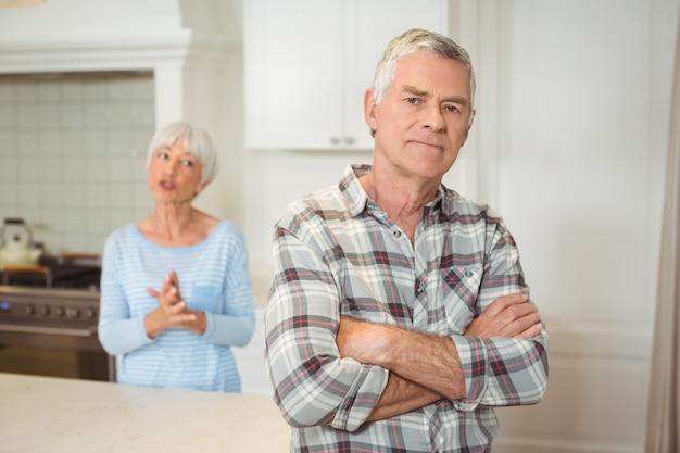 お互いにけんかばかりしている年配のカップル