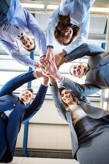 Деловые люди руки сложены друг на друга в офисе