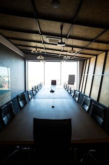 オフィスの会議テーブルと空の近代的な会議室