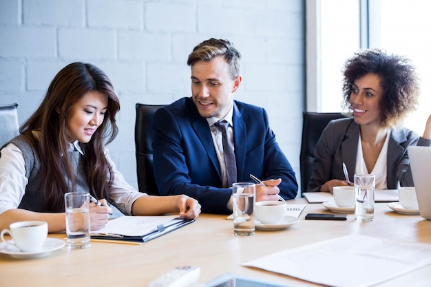 オフィスでの会議中に会議室でのビジネス人々