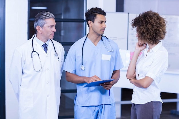 医者が病院で同僚と話し合う