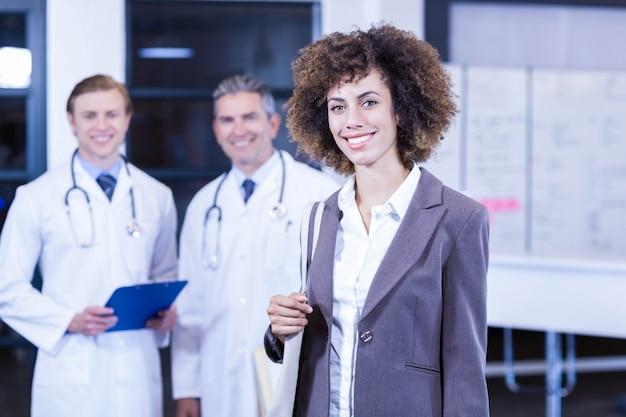 笑顔の女性と立っている医師の肖像画
