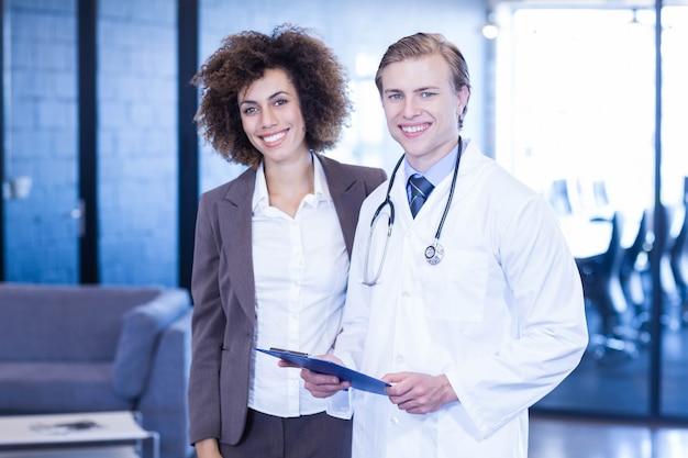 医者と同僚の病院で笑顔の肖像画