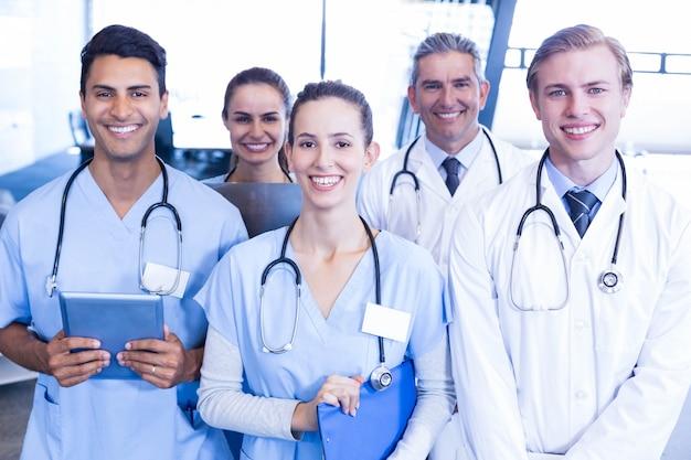 一緒に立っていると病院で笑顔の医療チームの肖像画