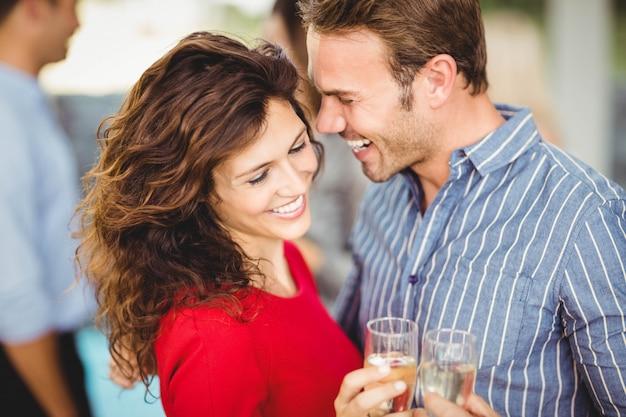 ロマンチックなカップルはパーティーで酒を飲んで