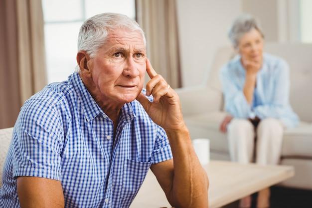 リビングルームのソファーに座っていた心配している年配の男性