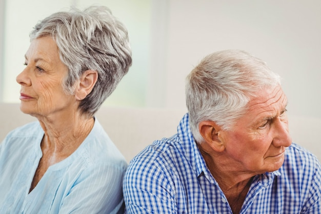 年配のカップルが自宅でお互いに動揺します。