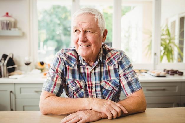 笑って幸せな年配の男性の肖像画