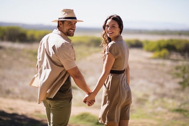 手を繋いでいる笑顔のカップルの肖像画