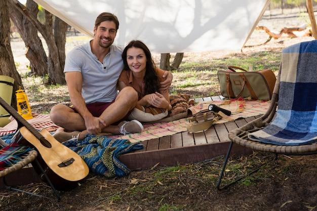 テントの中で若いカップルの肖像画