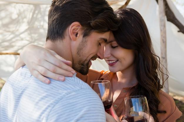 ワインを持っているロマンチックなカップル