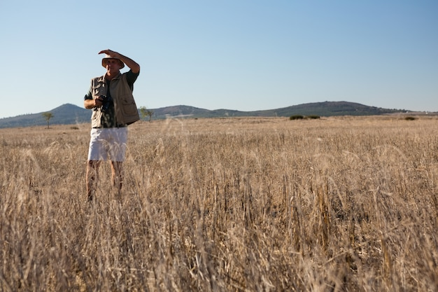 Человек прикрывает глаза на пейзаж
