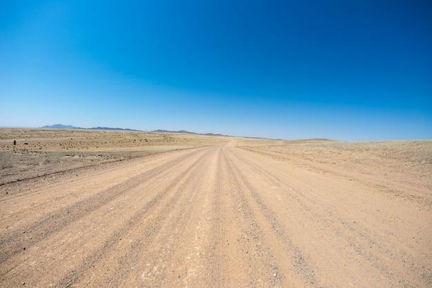 ナミブ砂漠、ナミブナウクルフト国立公園、ナミビアの旅行先での道路旅行。