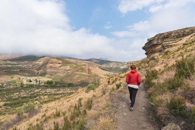 南アフリカのゴールデンゲートハイランズ国立公園でマーク付きのトレイルをトレッキングする観光客。