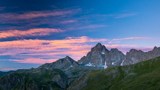 イタリアアルプスの雄大な山頂と尾根にカラフルな日光。