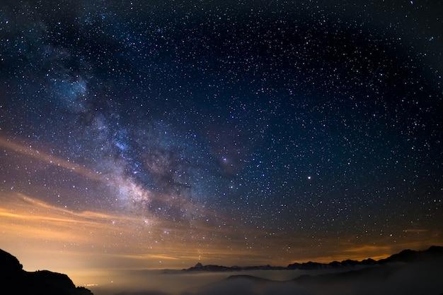天の川のカラフルな光るコア