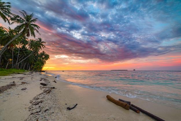 海、熱帯の砂漠のビーチ、人なし、嵐の雲の上の日の出劇的な空