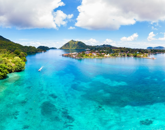 Вид с воздуха на острова банда архипелаг молуккас индонезия, деревня банданейра