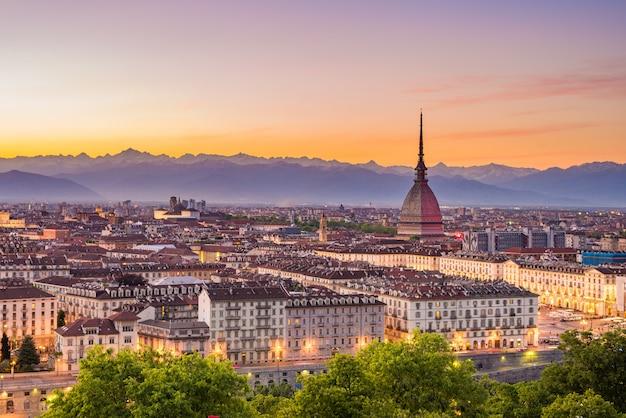 カラフルな不機嫌そうな空と夕暮れ時にイタリア、トリノトリノの街並み