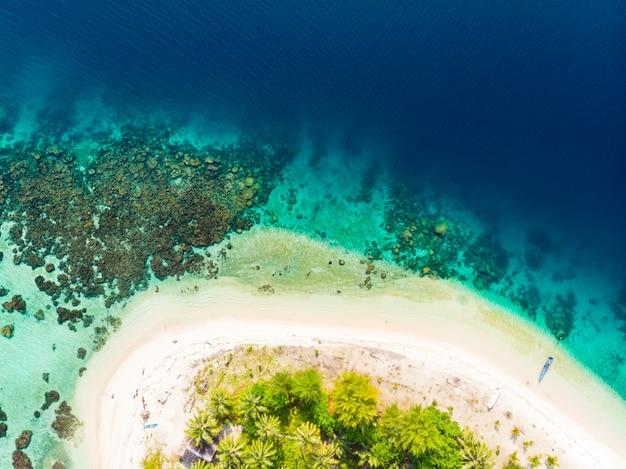 空中トップダウンバニャック諸島スマトラ島の熱帯群島