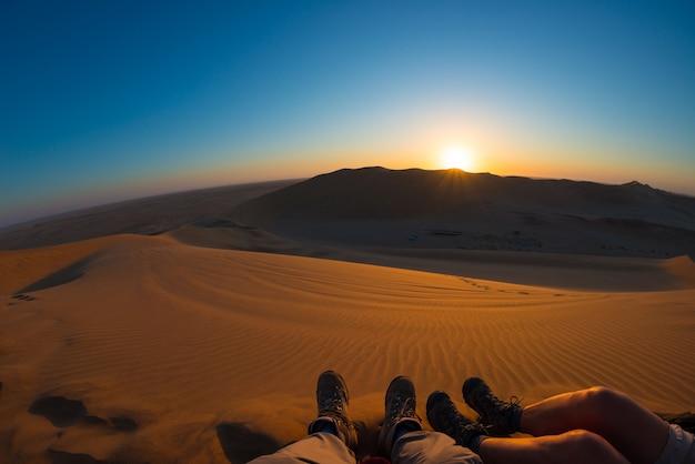 ナミビア砂漠、ナミビア、アフリカのカラフルな夕日。