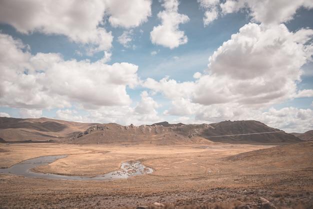高地のアンデスの風景劇的な空