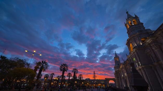 夕暮れ時のペルー、アレキパ大聖堂