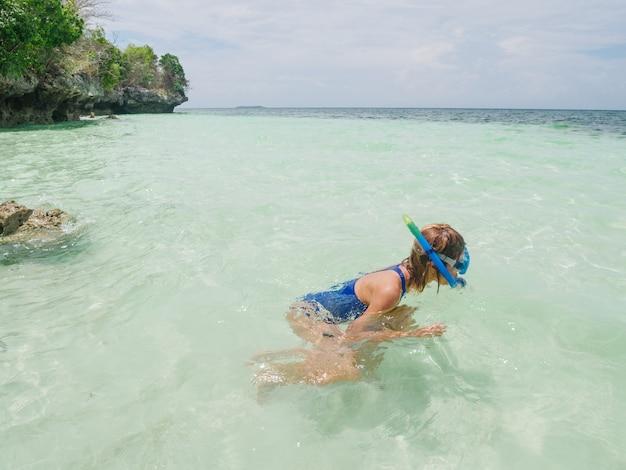 Женщина подводного плавания на коралловом рифе тропического карибского моря, бирюзовая вода