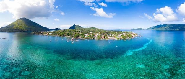 Вид с воздуха острова банда архипелага молуккские острова индонезия, пулау гунунг апи, лавовые потоки, пляж с белым песком кораллового рифа. лучшее туристическое направление, лучший дайвинг с маской и трубкой.