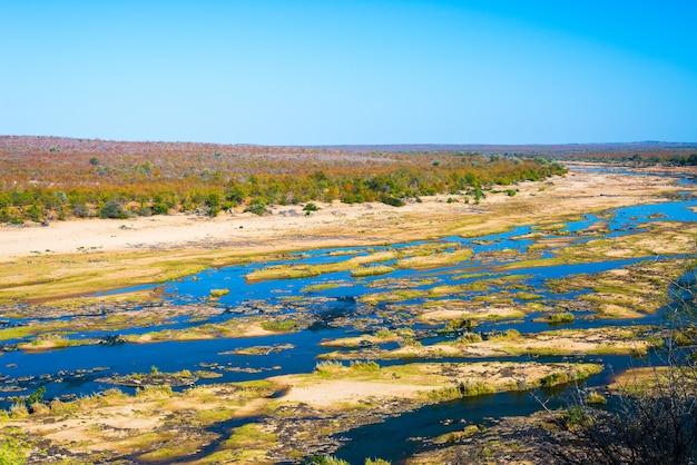 オリファント川、南アフリカのクルーガー国立公園の野生生物が生息する風光明媚でカラフルな風景。