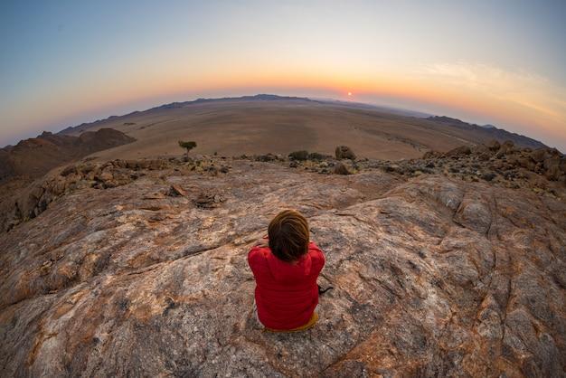 Турист смотрит на потрясающий вид на бесплодную долину