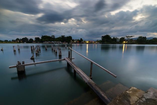 湖の古い桟橋、夕暮れ時、インドネシアのスラウェシ島で長時間露光