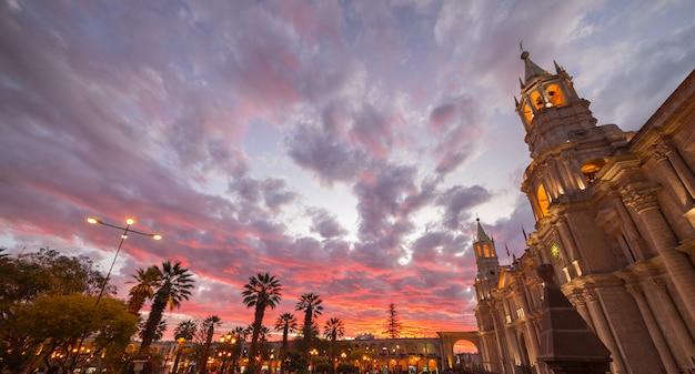 夕暮れ時の見事な空とペルーのアレキパ大聖堂