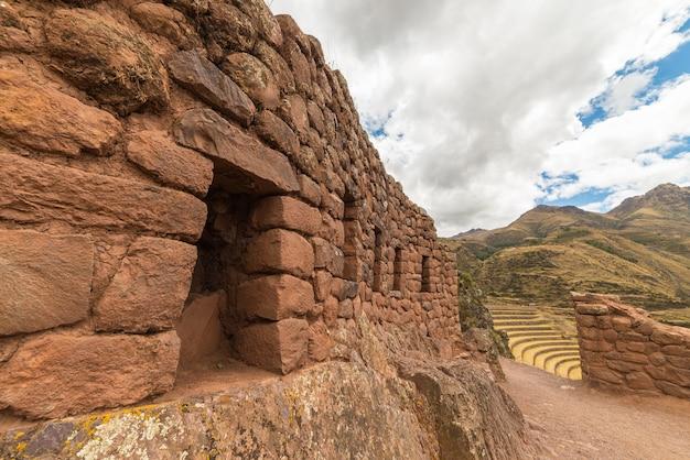 Террасы и стены инков в писаке, священная долина, перу