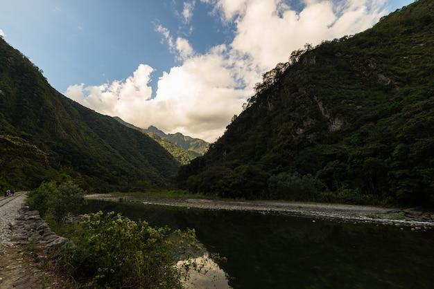 鉄道線路とペルー、マチュピチュ山