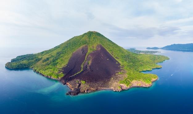 Аэрофотоснимок архипелага моландские острова банда индонезия, пулау гунунг апи