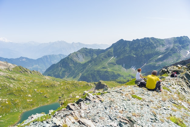 Туристы отдыхают на вершине горы, просторная панорама