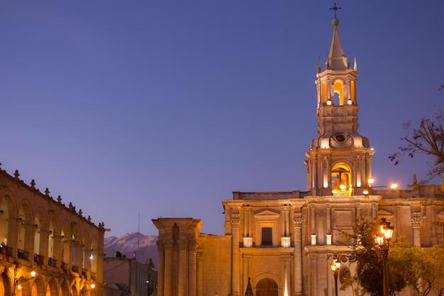 ペルーのアレキパ:夕暮れ時のメイン広場と大聖堂