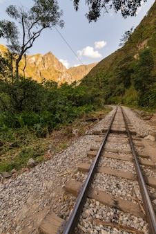 Железнодорожный путь и горы мачу-пикчу, перу