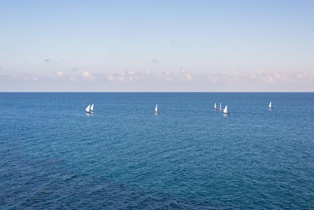 青い地中海のセーリングボートのグループ